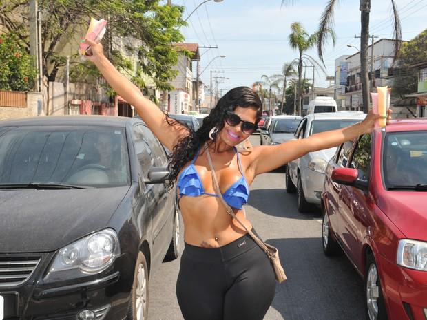 Claudia enfrenta preconceito e assédio ao vender chup-chup no Espírito Santo (Foto: Fernando Madeira/A Gazeta)