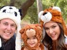 Fernanda Machado posa ao lado do filho vestido de urso