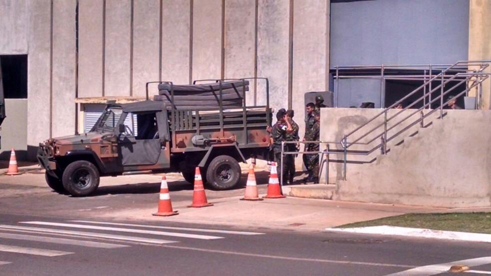 Homens do exército posicionados na via N2, atrás do Palácio do Planalto (Foto: Beatriz Pataro/G1)