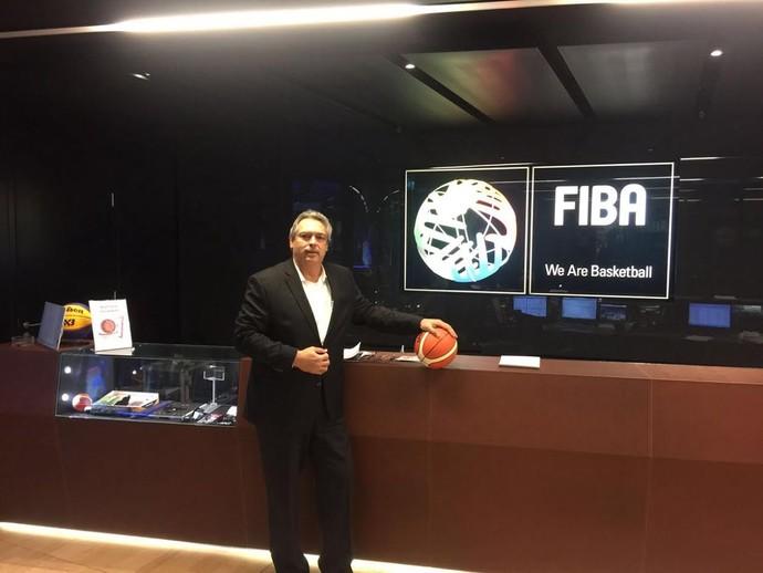 Guy Peixoto em reunião na Fiba, em Lausanne, na Suíça (Foto: Divulgação)