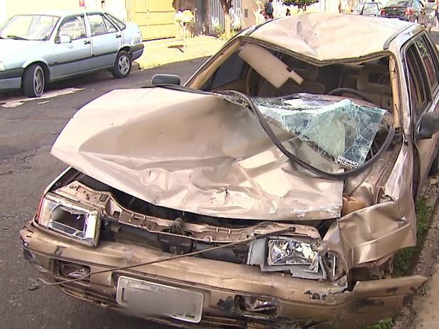 Carro do pedreiro ficou destruído após atropelamento em Franca (Foto: Reprodução/EPTV)