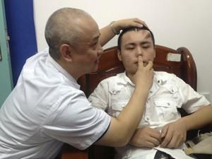 Médico examina nariz de paciente, cuja cartilagem foi corroída por uma infecção não tratada. (Foto: Reuters/Stringer)