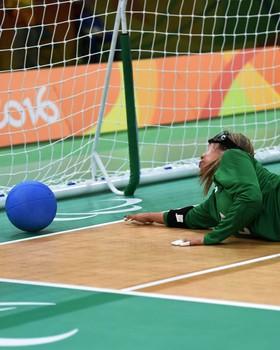 Carol n]ão consegue evitar gol da China (Foto: André Durão)
