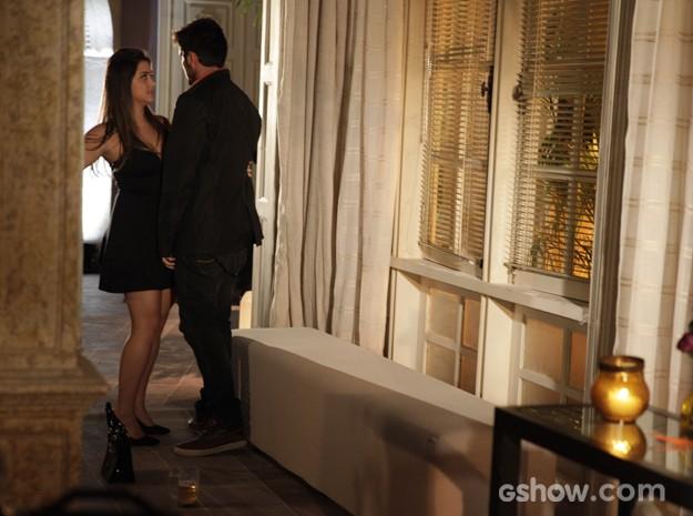 Bárbara ajuda André a levantar e o arrasta para casa (Foto: Pedro Curi / TV Globo)
