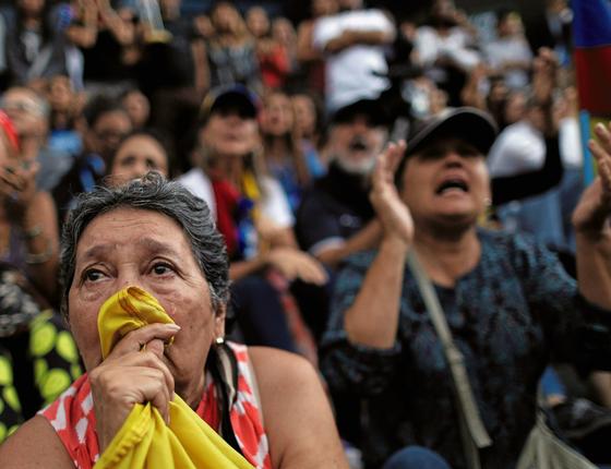 Mulher chora em manifestação de homenagem ás vítimas da violência no país (Foto:  Ueslei Marcelino/Reuters)