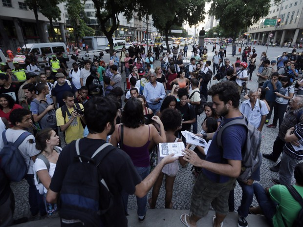 Manifestantes se concentram na Candelária, no centro do Rio de   Janeiro, na tarde desta quinta-feira (20), para protesto contra o   aumento das tarifas do transporte público. (Foto: Wilton Junior/Estadão Conteúdo)