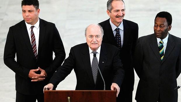 Joseph Blatter com Pelé, Ronaldo e José Aldo  (Foto: Reuters)