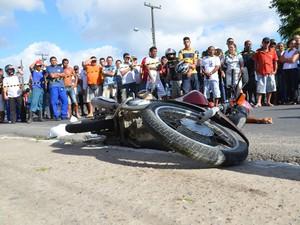 Motocicista morreu ao bater com caminhão em Mangabeira  (Foto: Walter Paparazzo/G1)