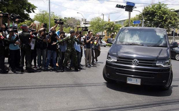 A ex-primeira-ministra da Tailândia Yingluck Shinawatra chega de carro a base militar após convocação do Exército (Foto: Sakchai Lalit/AP)