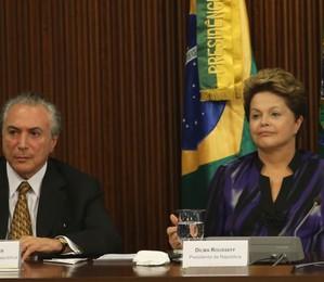 Dilma Rousseff e Michel Temer durante a reunião com 26 prefeitos das capitais brasileiras e 27 governadores no final da tarde desta segunda-feira (25) em Brasília (Foto: Fabio Pozzebom / ABr)