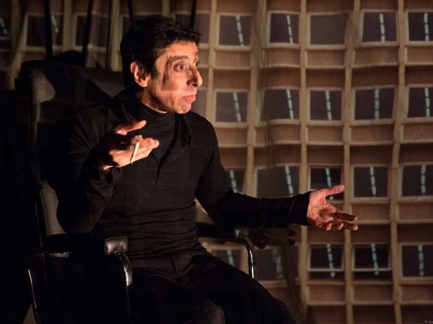 Ao interpretar Myriam Muniz, grande personalidade do teatro brasileiro, Cassio Scapin propõe uma reflexão ao mesmo tempo poética e divertida sobre o ofício do ator (Foto: João Caldas)