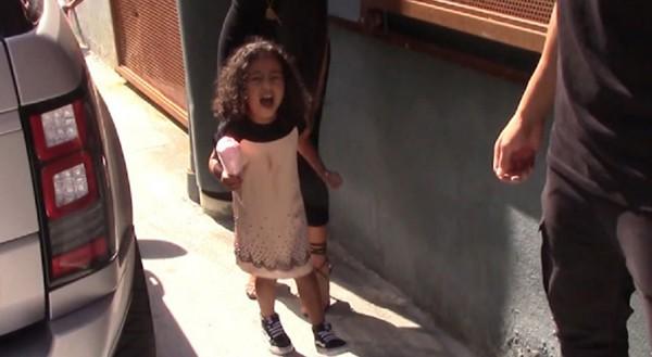 North West, filha de Kim Kardashian, grita com paparazzi para não ser fotografada (Foto: Reprodução / YouTube)