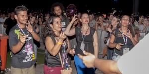Mochila vibratória faz surdos ouvirem som de show pela 1ª vez (Luciano Oliveira / G1)