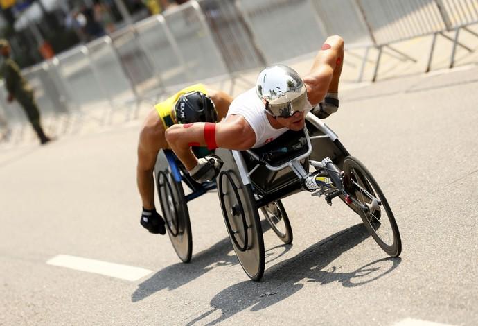 Suíço Marcel Hug liderando os 42 km da maratona da Paralimíada, enquanto é marcado de perto pelo australiano Kurt Fearnley (Foto: REUTERS/Jason Cairnduff )