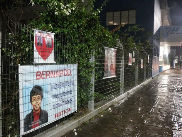 Cartazes em Três Passos lembram a morte do menino Bernardo (Foto: Felipe Truda/G1)
