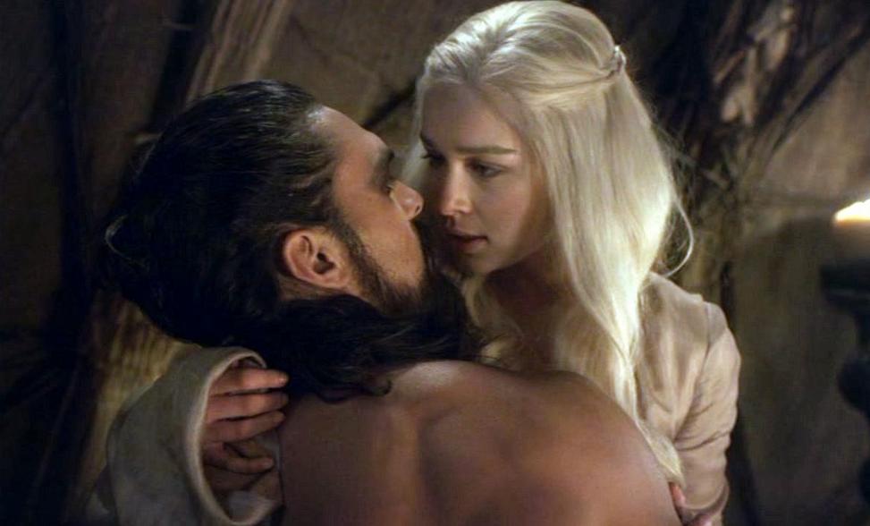 Jason Momoa com Emilia Clarke em Game of Thrones (Foto: Reprodução)