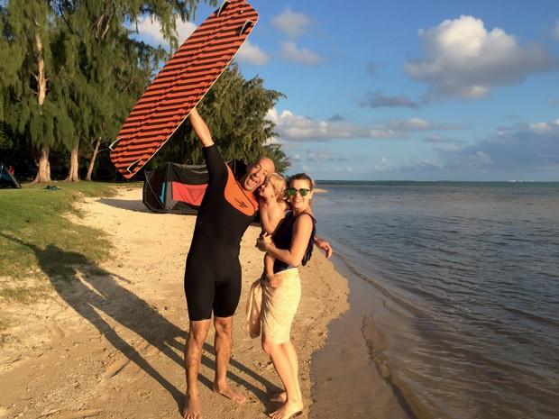 Além de surfar ondas gigantescas, Sylvio pratica esportes de aventura, como o Kitesurf. Aqui, a família se diverte nas ilhas Maurício (África Oriental).  (Foto: Acervo pessoal)
