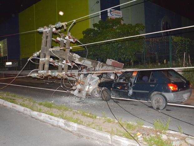 Carro que seguia na rua não parou a tempo e também atingiu o poste caído (Foto: Walter Paparazzo/G1)