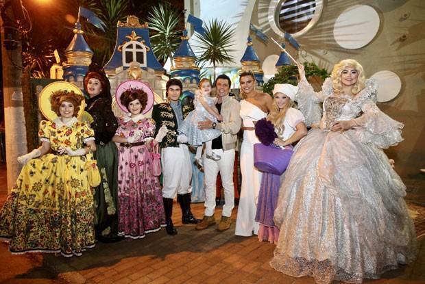 Valentina com atores vestidos de príncipes e princesas (Foto: Brazil News / Manuela Scarpa)