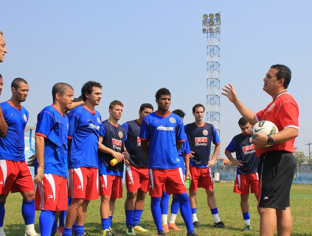 Éder Taques, técnico do Vilhena, orienta jogadores em treino no Estádio Aluízio Ferreira, em Porto Velho (Foto: Shara Alencar/GLOBOESPORTE.COM)