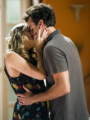 Tina vai beijar Lucindo na cara de Damáris! (Foto: Divulgação/TV Globo)