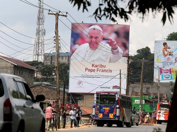 Cartaz do Papa Francisco é visto em Nairobi, no Quênia, nesta terça-feira (24) (Foto: Goran Tomasevic/Reuters)