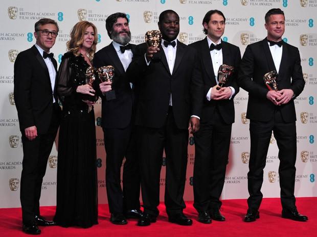 O diretor Steve McQueen comemora prêmio de melhor filme de '12 anos de escravidão' com produtores e o ator Brad Pitt (Foto: Carl Court/AFP)