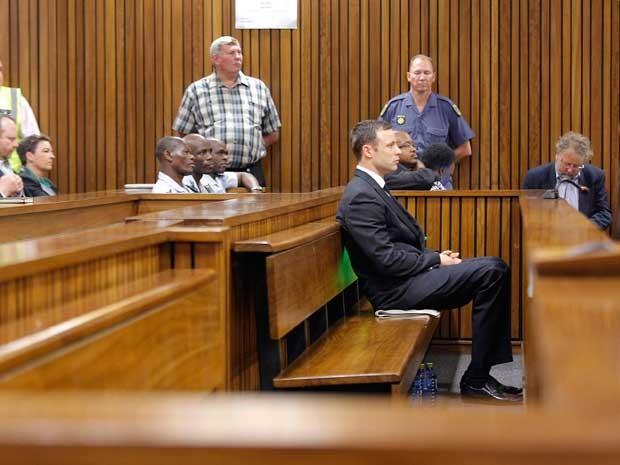 Oscar Pistorius ouve leitura de sentença de seu julgamento pela morte da ex-namorada. (Foto: Kim Ludbrook / Pool / Via Reuters)
