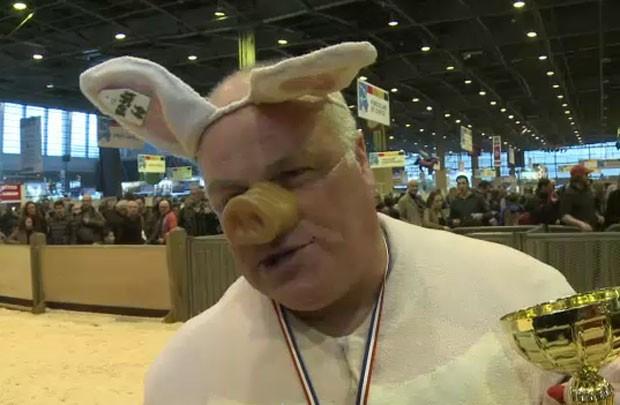 Noël Jamet venceu pelo sexto ano seguido uma competição de melhor imitação de uma porca amamentando (Foto: AFP)