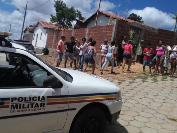 Mulher tentou mentir sobre o crime, mas acabou confessando após arma se encontrada (Foto: Polícia Militar/Divulgação)