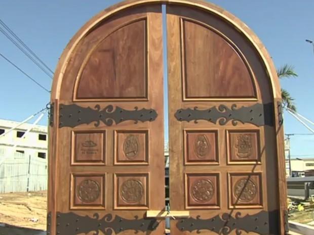Porta Santa representa passagem para a vida eterna dos romeiros, em Trindade Goiás (Foto: Reprodução/TV Anhanguera)