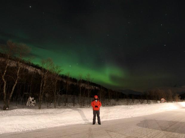 Empresário curitibano na Noruega, em abril de 2011, quando viu a aurora boreal pela primeira vez (Foto: Marco Brotto / Arquivo Pessoal)