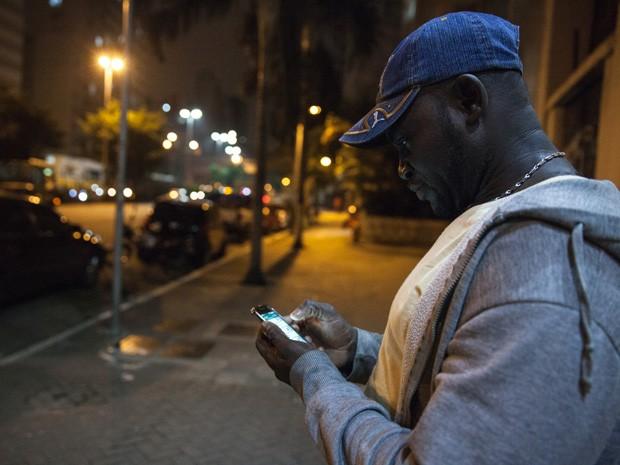 Além de tocar na banda formada com outros haitianos, Louides também trabalha como pedreiro (Foto: Marcelo Brandt/G1)