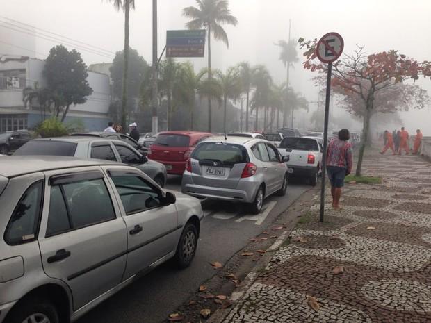 Travessia de balsas parou de funcionar e paralisou o trânsito na orla da praia (Foto: Thais Rozo / TV Tribuna)