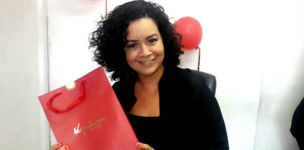 Colaboradora ganha chocolates (Foto: Divulgação/ Marketing OAM)