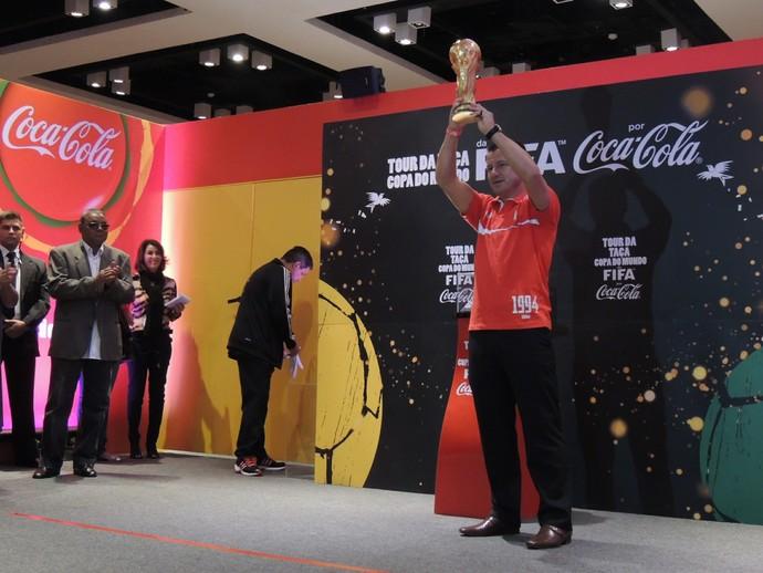 Dunga ergue a taça no evento que marcou a chegada da Taça da Copa ao RS (Foto: Eduardo Deconto/GLOBOESPORTE.COM)