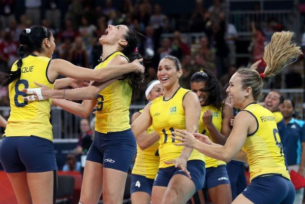 As jogadoras do Brasil comemoram a vitória sobre a Rússia. A seleção feminina de vôlei se classificou para a semifinal (Foto: Elsa/Getty Images)