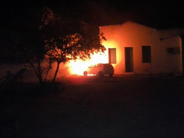 Carro pegou fogo no pátio interno da prefeitura de São João do Sabugi (Foto: PM/Divulgação)