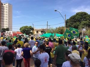 Em Araçatuba, manifestantes se reuniram e praça da cidade (Foto: Eduardo Fonseca / TV TEM)