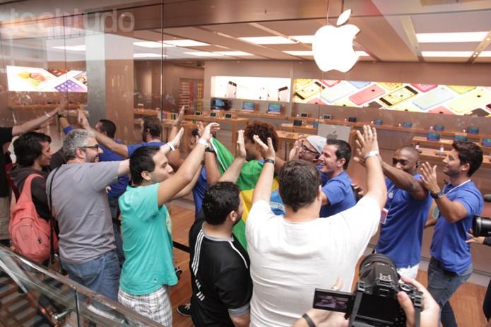 Antes da abertura da Apple Store, funcionários percorreram toda a fila para comemorar e bater nas mãos dos clientes (Foto: Allan Melo / TechTudo)