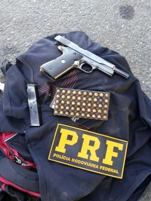 Polícia apreendeu arma com numeração raspada em Pouso Alegre (Foto: Polícia Rodoviária Federal)