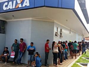 No primeiro dia de pagamento, filas se formaram em agências da Caixa em Rio Branco  (Foto: Iryá Rodrigues/G1)