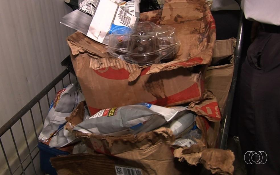 Alimentos apreendidos estavam fora da validade ou eram guardados de forma imprópria (Foto: Reprodução/TV Anhanguera)