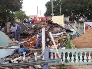 Caminhão invade casa em Piracicaba (Foto: Fernanda Zanetti/G1)