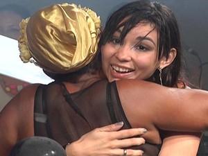 Compositora Geyza Arruda abraça cantora Célia Sampaio (Foto: Reprodução/TV Mirante)