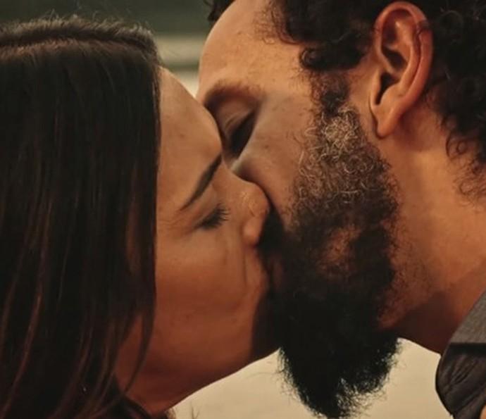 Beatriz e Bento se beijam (Foto: TV Globo)