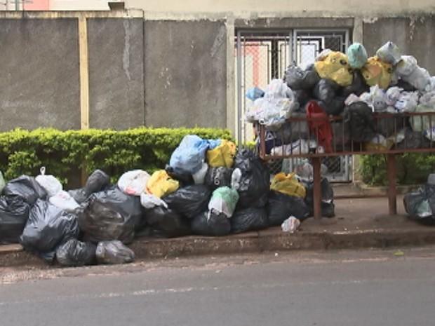 Lixo acumulado no bairro Jardim das Orquídeas (Foto: Reprodução/ TV TEM)