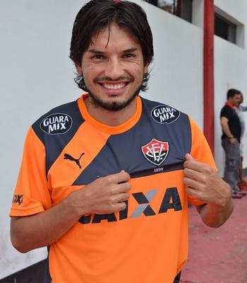 Tiago Real com a camisa do Vitória (Foto: Francisco Galvão / Divulgação / E.C. Vitória)