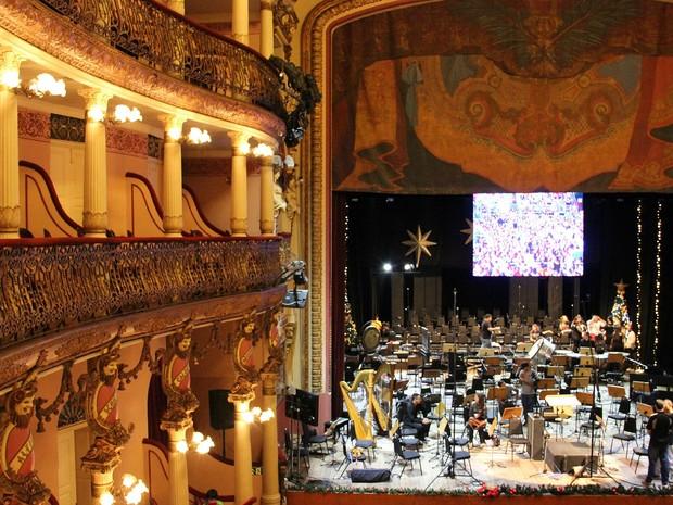 No interior do Teatro Amazonas, orquestra faz últimos preparativos antes da apresentação (Foto: Jamile Alves/G1 AM)