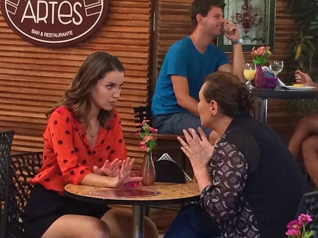 Laura e Tina ficam íntimas e trocam confissões (Foto: Paula Oliveira/Gshow)
